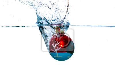 Rote Kugel fällt ins Wasser