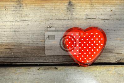 rotes Herz auf einem alten hölzernen Zaun