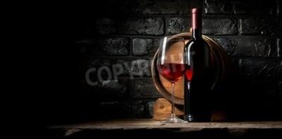 Fototapete Rotwein auf einem Hintergrund von alten schwarzen Steinen