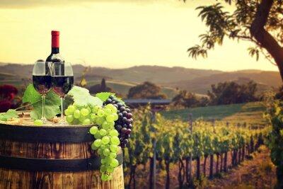 Fototapete Rotwein mit Fass auf Weinberg in der grünen Toskana