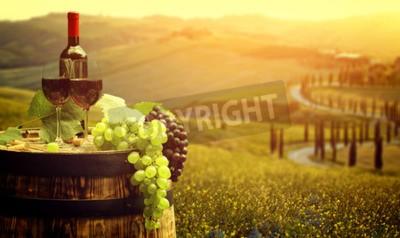 Fototapete Rotwein mit Fass auf Weinberg in der grünen Toskana, Italien