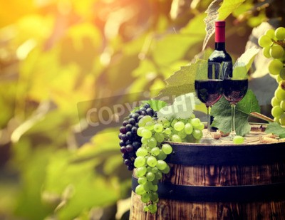 Fototapete Rotweinflasche und Weinglas auf wodden Fass.