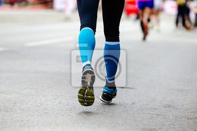 563b2ad5538e4c Fototapete Rücken Füße Frau Läufer in blau Kompression Socken Lauf Straße