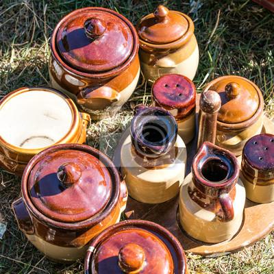 4080d0f899ca0 Fototapete Rustikale braune Töpferwaren und Gewürzbehälter-Set auf  Garageverkauf