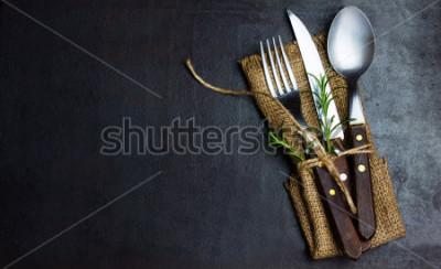 Fototapete Rustikaler Weinlesesatz des Besteckmessers, Löffel, Gabel. Schwarzer Hintergrund. Draufsicht