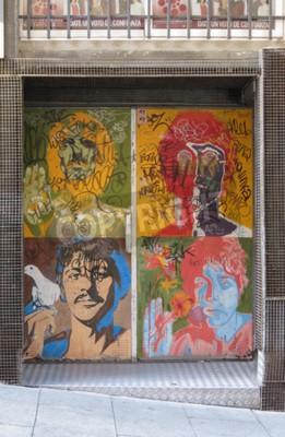 Fototapete SALAMANCA, SPANIEN - CIRCA JUNI 2015: Die Beatles Pop-Art-Porträts von Richard Avedon (1967), reproduziert auf einer Nachtclubtür, mit Graffiti