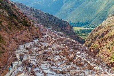 Fototapete SALINAS, PERU - 21. Mai, 2015: Touristen besuchen Salzgewinnung Pfannen (Salinas) im Heiligen Tal der Inkas, Peru