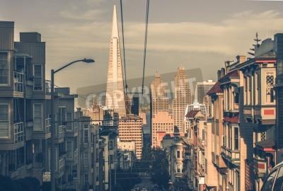 Fototapete San Francisco Stadtbild bei Sonnenuntergang mit Downtown Wolkenkratzer in einer Entfernung. San Francisco, Kalifornien, USA. San Francisco Architektur in Vintage Farbabstufung.
