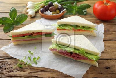 Sandwich-con salami e verdure sfondo tavolo legno rustico fototapete ...