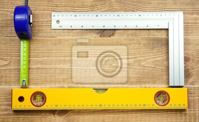 Satz von verschiedenen Tools auf einem hölzernen Planken