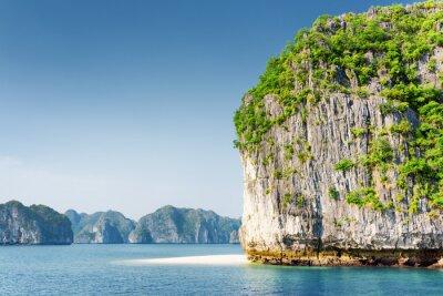 Fototapete Scenic Karst-Turm-Insel und weißen wilden Strand in der Ha Long Bay