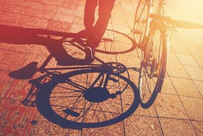 Fototapete Schatten auf Gehweg, Mann schob Fahrrad