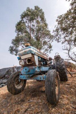 Fototapete Schließen Sie Ansicht eines verlassenen Traktors auf dem Land.