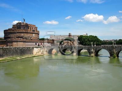 Schloss St Angelo und Brücke der Engel entlang der Tiber an einem sonnigen Sommertag in Rom