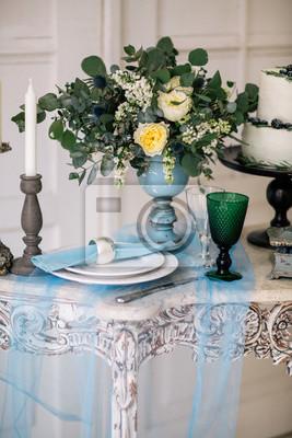 Schon Verzieren Tisch Mit Kerzen Vase Mit Blumen Und Hochzeitstorte