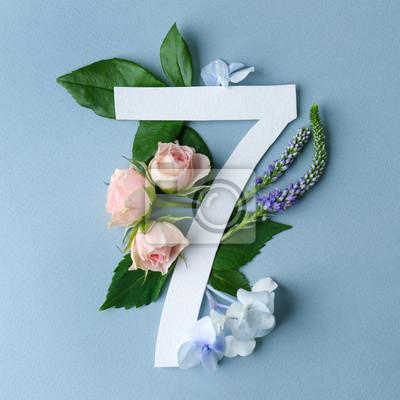 Schöne Blumenzusammensetzung mit der Nr. Sieben gemacht vom Papier auf Farbhintergrund