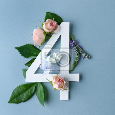 Schöne Blumenzusammensetzung mit der Nr. Vier gemacht vom Papier auf Farbhintergrund