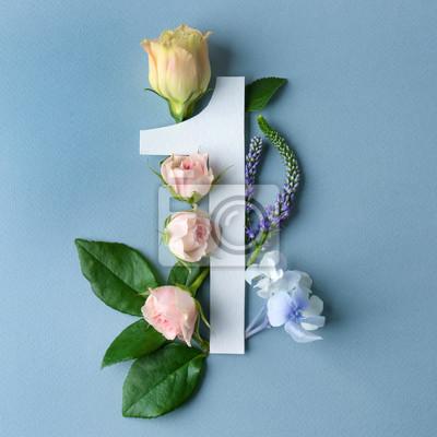 Schöne Blumenzusammensetzung mit der Nummer Eins gemacht vom Papier auf Farbhintergrund