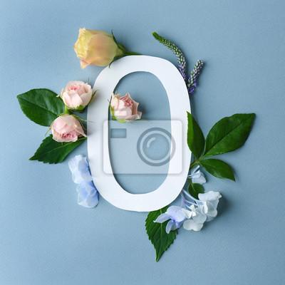 Schöne Blumenzusammensetzung mit der Zahl null gemacht vom Papier auf Farbhintergrund