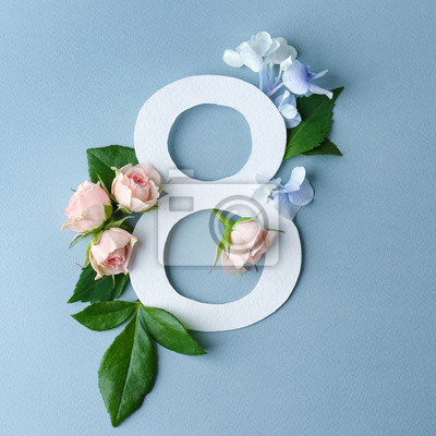 Schöne Blumenzusammensetzung mit Nr. Acht gemacht vom Papier auf Farbhintergrund
