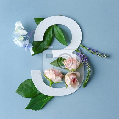 Schöne Blumenzusammensetzung mit Nr. Drei gemacht vom Papier auf Farbhintergrund