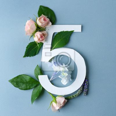 Schöne Blumenzusammensetzung mit Nr. Fünf gemacht vom Papier auf Farbhintergrund