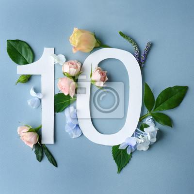 Schöne Blumenzusammensetzung mit Nr. Zehn gemacht vom Papier auf Farbhintergrund