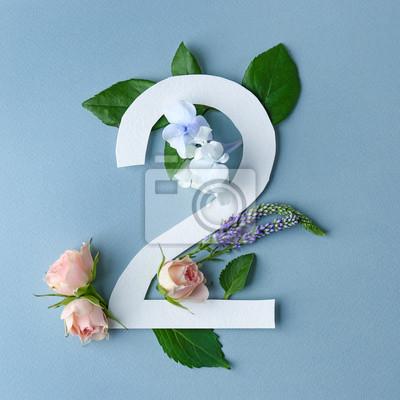Schöne Blumenzusammensetzung mit Nummer zwei gemacht vom Papier auf Farbhintergrund