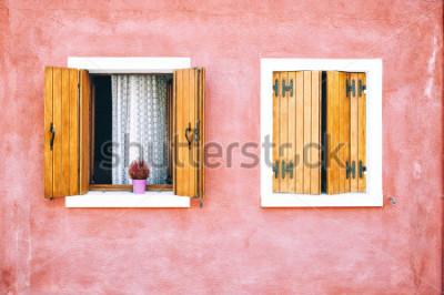 Fototapete Schöne bunte Hausfassade auf Burano-Insel, Norditalien. Rote zwei Fenster mit hölzernen Fensterläden