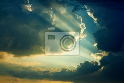 Schöne dramatischen Himmel mit Sonnenstrahlen.