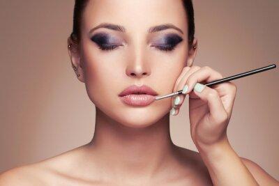 Fototapete Schöne Frau Gesicht. Schönheit Mädchen mit Perfekte make-up.Makeup Künstler gilt lipstick.cosmetics