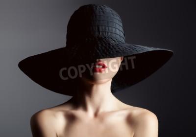 Fototapete Schöne Frau im Hut. Retro-Mode Dunkler Hintergrund