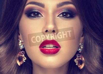Schone Frau Mit Arabischen Make Up Rote Lippen Und Locken