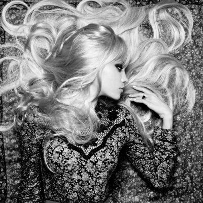 Fototapete Schöne Frau mit dem ausgezeichneten Haar