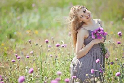 Fototapete Schöne Frau mit Haufen in einem Blumen-Feld