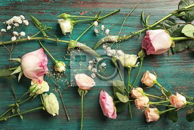 Schöne frische Blumen auf blauem Holzuntergrund