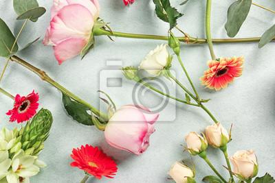 Schöne frische Blumen auf Farbe Hintergrund