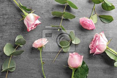Schöne frische Blumen auf grauem Hintergrund