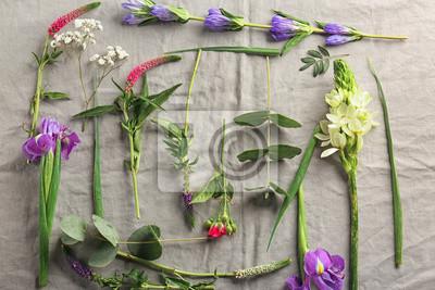 Schöne frische Blumen auf grauem Textil-Hintergrund