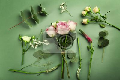 Schöne frische Blumen auf grünem Hintergrund
