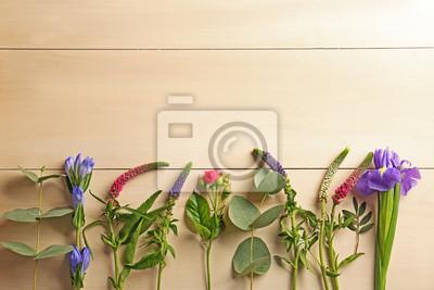Schöne frische Blumen auf Holzuntergrund