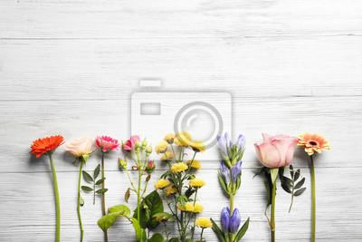 Schöne frische Blumen auf weißem Holz Hintergrund