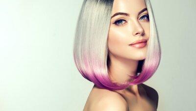 Fototapete Schöne haarfärbende Frau.  Mode Trendy Haarschnitt.Ombre Bob kurze Frisur.  Blondes Modell mit kurzer glänzender Frisur.  Konzept Färben von Haaren.  Schönheitssalon