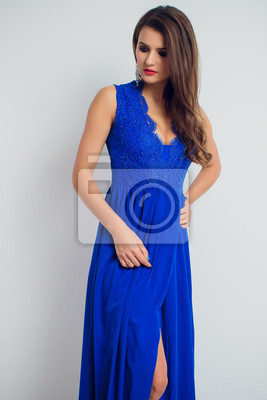 Schöne Junge Frau Des Brunette Die Im Blauen Kleid Aufwirft