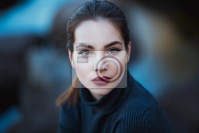 Fototapete Schöne junge Frau. Dramatische Outdoor-Porträt von sinnlichen Brünette Frau mit langen Haaren. Trauriges und ernstes Mädchen.