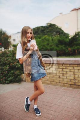 Hübsche Junge Frau Mit Langen Haaren Lacht Buy This Stock Photo