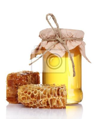 Schöne Kämme und Honig isoliert auf weiß