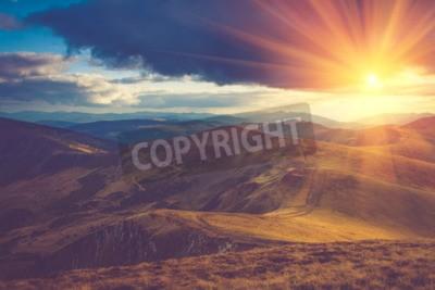 Fototapete Schöne Landschaft in den Bergen bei Sonnenschein.