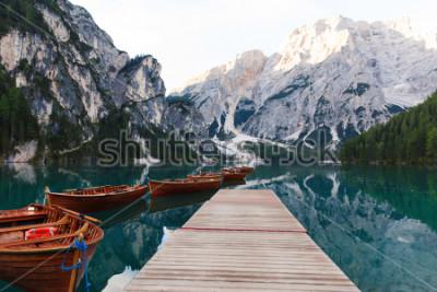 Fototapete Schöne Landschaft von Braies See (Lago di Braies), romantischem Platz mit Holzbrücke und Booten auf dem Alpensee, Alpenberge, Dolomit, Italien, Europa