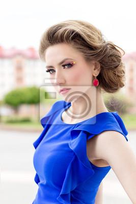Schöne Mädchen In Einem Blauen Kleid Frisur Und Make Up Auf Der